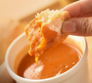 パンを海老のビスクに浸したイメージ