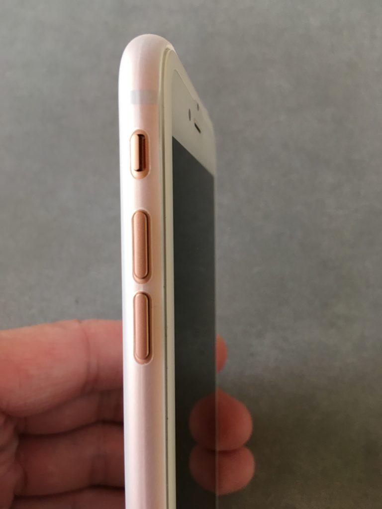 iPhoneに装着したときの音声ボタンに干渉しないTOZOケースの様子