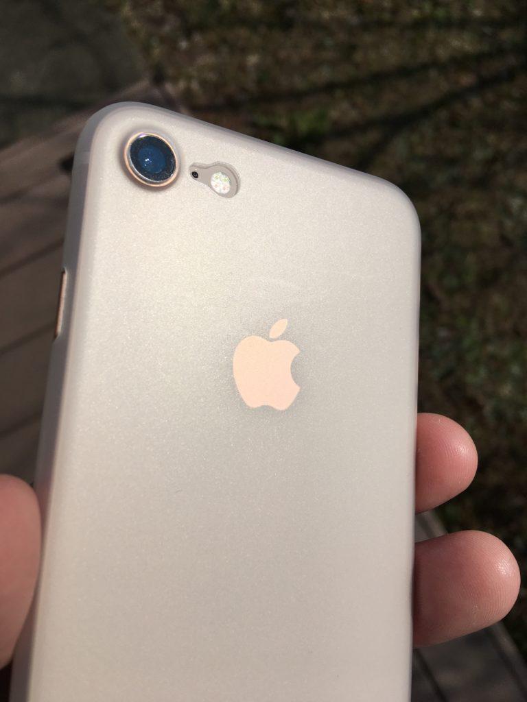 TOZOケースを装着したiPhoneアップルマークの色が角度によって見え方が違う様子