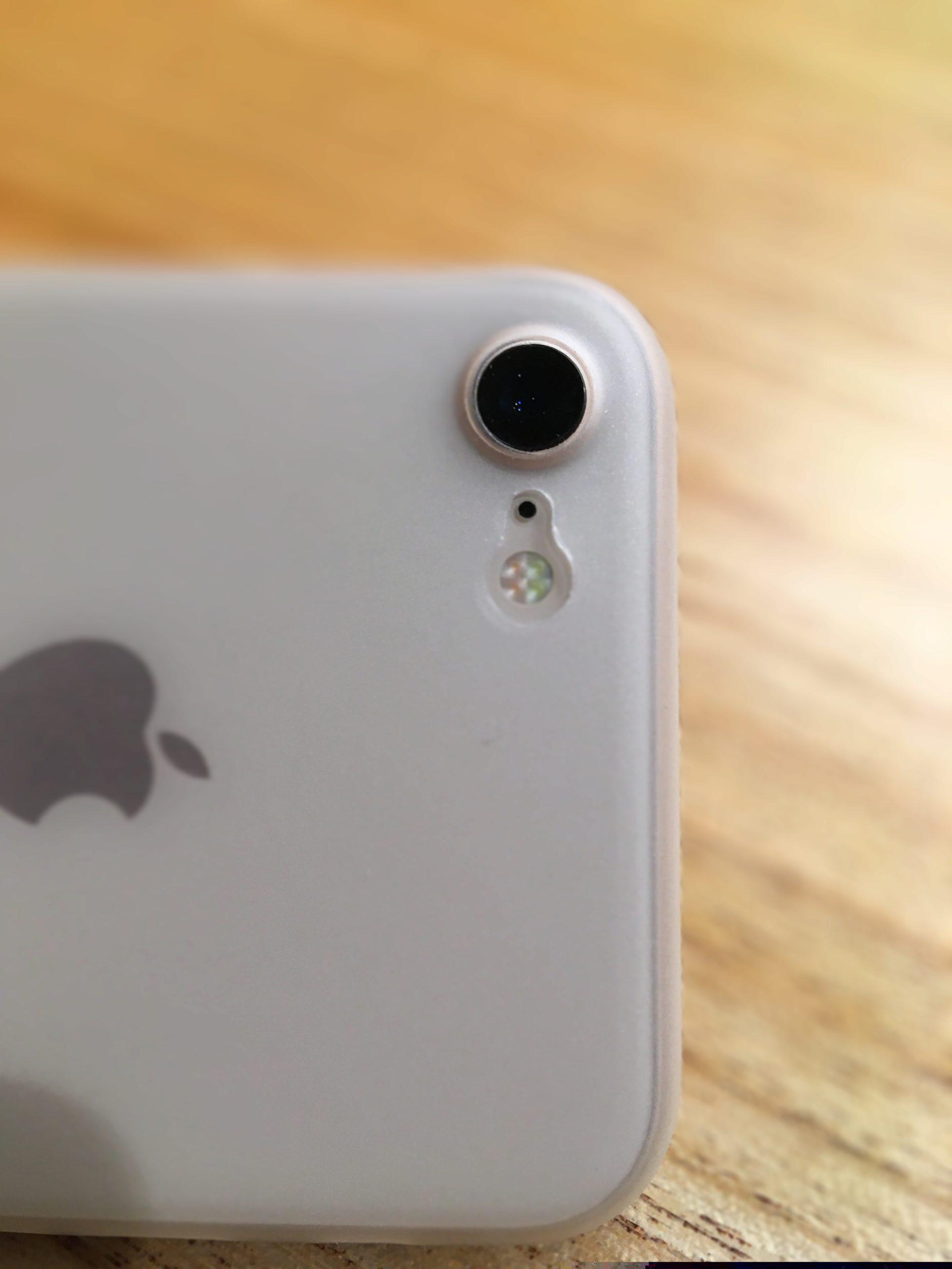 TOZOケースを装着したときのiPhone8 カメラレンズ周りの様子